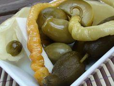 "Vödrös savanyúság (""bedobálós"") Naan, Ketchup, Pickles, Sausage, Recipes, Food, Cilantro, Sausages, Essen"