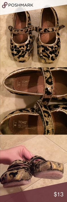 $9 girls toms flats leopard print Wear at the ends of toes which is pictured. Super cute! Shoes