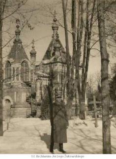 W tle, kaplica prawosławna na cmentarzu przy ul. Lipowej
