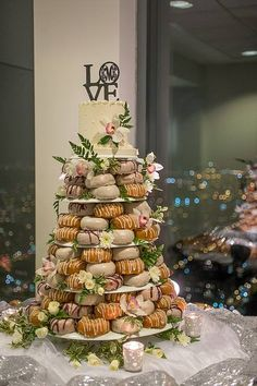 Wedding Day Brunch Foods Donut Tower 40 Tips food wedding party Donut Wedding Cake, Wedding Donuts, Wedding Desserts, Wood Wedding Cakes, Wedding Cake Toppers, Minnie Mouse Cake Topper, Donut Tower, Dessert Original, Dream Wedding