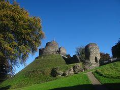 Launceston Castle ragt wie eine dreistöckige Torte empor.