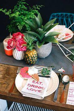 Você não precisa montar sempre uma mesa supercolorida para ter uma mesa bonita. Essa mesa de almoço é a prova disso. Ela mistura duas texturas, como te ensinamos a fazer nestas 5 dicas para arrumar a mesa, aposta nos detalhes da mesa em si, combina o amadeirado dela com as cadeiras e complementa tudo isso com um pouquinho de verde. Divino!