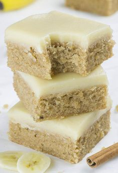 Banana Bread Blondies - Chocolate Dessert Recipes - OMG Chocolate Desserts If you love banana bread, but blondies as well, you must try this easy Banana Bread Blondies recipe. With sweet browned butter frosting they are over the top! Banana Dessert Recipes, Healthy Dessert Recipes, Brownie Recipes, Yummy Snacks, Easy Desserts, Delicious Desserts, Yummy Food, Recipes Dinner, Overripe Banana Recipes