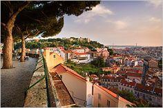 Schönes Lissabon: Der Blick auf das Baixa Viertel mitsamt der Festungsanlage Castelo de São Jorge (Foto von: Michele Falzone/AWL Images/Getty Images)