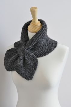 A scarf that stays perfect around your neck by using the keyhole. The middle section of the scarf is wider so your shoulders can stay warm too and you can also create a little collar. You can wear the scarf in many different ways, just the way you like it. And over your cloths of under your coat.
