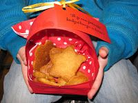 Mandje voor de koekjes van Roodkapje vouwen
