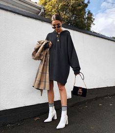 White hooded sweatshirt dress with white boots 👍🏿 Weißes Sweatshirt-Kleid mit Kapuze und weißen Stiefeln 👍🏿 Mode Outfits, Trendy Outfits, Fall Outfits, Fashion Outfits, Womens Fashion, White Outfits, Fashion Boots, Fashion Ideas, Woman Outfits