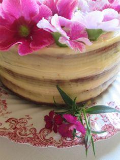 TORTA DE CUMPLEAÑOS: DE ANANA Y CREMA DE COCO Para el ananá en almíbar: Ingredientes: 2 piezas de ananá 1 ½ litros de agua 300 grs de azúcar orgánico hojitas secas de cedrón c/n a gusto