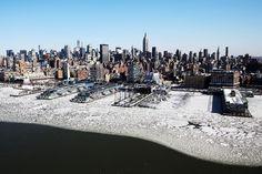 Offre uno spettacolo inusuale Manhattan immersa nel ghiaccio. A causa dell'ondata di freddo siberiano che sta investendo la costa orientale degli Stati Uniti, le temperature a New York sono piombate fino a sfiorare i 20 gradi sotto zero. Sull'Hudson River, che costeggia l'isola di Manhattan, è