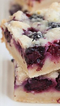 Blackberry Pie Bars Recipe ~ Buttery crust, sweet springy fruit filling, crumble topping – so much goodness going on! I think I will use blueberries instead of the blackberries. Blackberry Pie Bars, Blackberry Recipes, Blueberry Bars, Cookbook Recipes, Baking Recipes, Dessert Recipes, Bar Recipes, Cream Recipes, Recipies