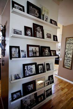 Erg  mooi voorbeeld dat je een muur kunt vullen met foto's zonder dat het overdreven/vol over komt.