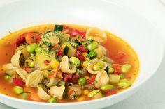 Wie wäre es heute mit einer Minestrone, die Körper und Geist wieder auf Vordermann bringt.  Egal, welche Zutaten noch zusätzlich reinkommen, ausgetauscht oder ergänzt werden. Jede Minestrone ist pures Soulfood. Rezept auf dem Blog. #butterundbroesel Butter, Teller, Pasta Salad, Ethnic Recipes, Blog, Stew, Don't Care, Easy Meals, Recipes