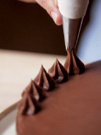 How to Decorate a Cake (Williams Sonoma). Some easy ways to dress up layer cakes, simple butter cakes, and cupcakes.