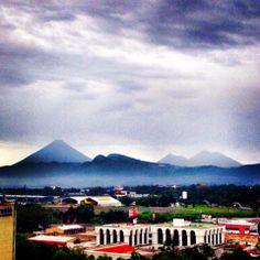 La ciudad y los volcanes al fondo