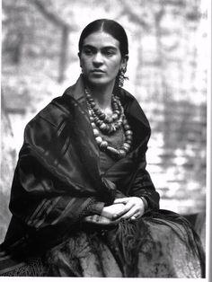 Frida Kahlo, fotografía de Lola Alvarez Bravo, 1944. http://www.telerama.fr/sortir/lola-alvarez-bravo-la-photographe-qui-a-immortalise-frida-khalo,131873.php