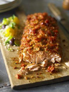 Il salmone in crosta di pomodori secchi è un secondo di pesce con una panatura a base di pane raffermo, tostato e poi tritato insieme ai pomodori secchi.