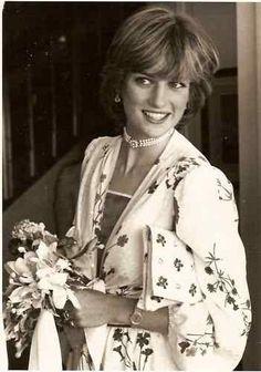 August Prince Charles & Princess Diana arrive in Gibraltar. Honeymoon photo, looking so radiant. ❤ August Prince Charles & Princess Diana arrive in Gibraltar. Honeymoon photo, looking so radiant. Lady Diana Spencer, John Spencer, Princess Diana Family, Princess Of Wales, Princess Art, Prinz William, Charles And Diana, Prince Charles, Diana Fashion