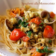 Spaghetti alla Montecristo primo piatto veloce. Il sughetto con frutti di mare surgelati e pesto di basilico rende gli spaghetti allo scoglio molto speciali