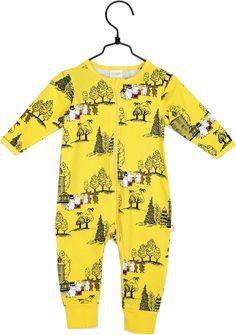 979c3c4f En søt jumpsuit med motiv av Mummitrollet og vennene hans! Pysjamasen er  laget av økologisk
