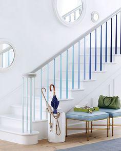 Escalier blanc, dégradé de bleus.