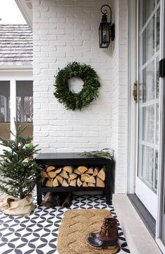 25 Outdoor Christmas Apartment Decor - My dream modern Veranda Design, Deco Nature, Porch Decorating, Decorating Ideas, Decor Ideas, Gift Ideas, Outdoor Christmas Decorations, Winter Decorations, Farmhouse Chic