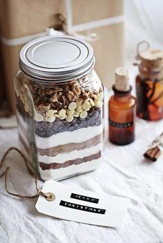 Dit heb je nodig voor brownies in a jar 1 flinke (weck)pot van ongeveer 650 ml Op deze volgorde! 50 gram bloem + 1 theelepel bakpoeder + een snufje zout 125 gram donkerbruine basterdsuiker 125 rietsuiker (of kristalsuiker) + 1 zakje vanillesuiker 50 gram cacoapoeder 200 gram pure chocolade (70% cacao) in stukjes (je kan ook helft puur helft wit nemen) Zelf nog toevoegen 200 gram zachte roomboter 3 eieren