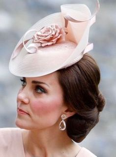 2017 - Duchess Kate Middleton at hee sister Pippa Middleton's wedding. Style Kate Middleton, Kate Middleton Hats, Princesa Kate Middleton, Pippas Wedding, Wedding Hats, Wedding Dress, Duchesse Kate, Eugenie Of York, The Duchess