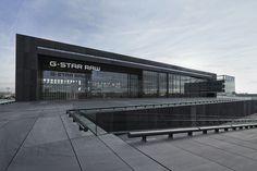 Stoer hoofdkantoor voor G-Star RAW | architectenweb.nl | Zichtbaar vanaf de ringweg A10 ligt in het bedrijfsgebied van Amsterdam Zuidoost het nieuwe hoofdkantoor van G-Star RAW. Het ontwerp van OMA moet bijdragen aan een interactie tussen de verschillende afdelingen, die in het gebouw zijn samengebracht.