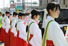 沿道で活動する巫女たち(豊川市一宮町で)