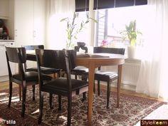 Platsbyggd soffa på altanen - Hemma hos Pysselvix Banquette Seating Restaurant, Katt, Dining Chairs, Dining Table, Furniture, Home Decor, Decoration Home, Room Decor, Dinner Table