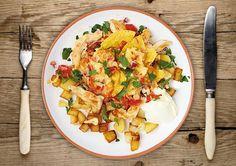 Mit Tortilla Chips, Salsa und Gouda überbackene Hähnchenbrust
