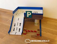 Un parcheggio multipiano con sbarra apribile: tutto con cartone di riciclo.