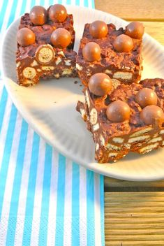 Is dit een soort arretjescake? No-bake malteser cake * maltesers * 100 grams of milk chocolate * 100 grams of dark chocolate * 100 g butter * 3 tablespoons maple syrup or other syrup * grams of biscuits No Bake Treats, Yummy Treats, Sweet Treats, Yummy Food, Baking Recipes, Cake Recipes, Dessert Recipes, Malteser Cake, Sauces