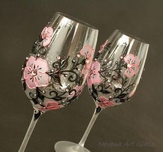 Verres à vin verres de mariage rose lunettes noires Black Wine Glasses, Wedding Wine Glasses, Champagne Glasses, Hand Painted Wine Glasses, Decorated Wine Glasses, Bottle Art, Bottle Crafts, Glass Etching, Wine Shipping