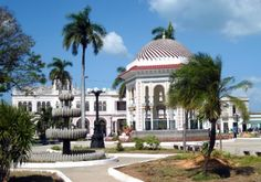 Parque Central Carlos Manuel de Céspedes, en la hermosa ciudad de Manzanillo, en la actual provincia de Granma, en el oriente de Cuba. Esta ciudad tiene más de 220 años de fundada, y conserva muy bien su arquitectura colonial, historia y leyendas de la vida cotidiana.