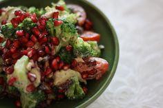 Broccolisalat med avocado, granatæble og tranebær