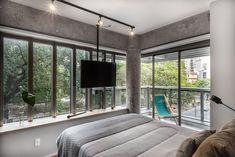 Apartamento pequeno com prohjeto que prioriza a circulação. Confira no link esta e mais imagens! (Foto: Escanhuela Photo/Divulgação) #apartamento #apartment #decor #decoração #decoration #quartos #quartodecasal #bedroom #casavogue