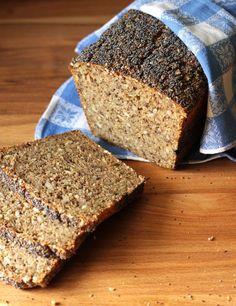 Nemt og saftigt hjemmebagt rugbrød med kerner. Bag selv nemt dit eget rugbrød kun på gær og helt uden surdej. Få opskrift på verdens bedste rugbrød her.
