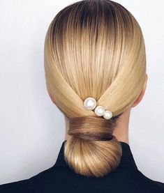 Wedding hair inspo featuring beautiful pearls via . Elegance Hair, Elegant Hairstyles, Up Hairstyles, Wedding Hairstyles, Bridal Hairstyle, Easy Work Hairstyles, Hairstyle Braid, Beautiful Hairstyles, Hair Inspo