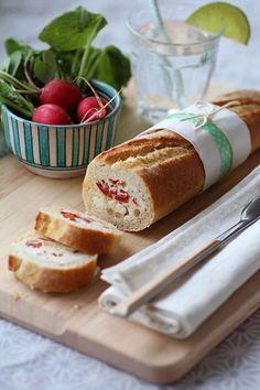 """750g vous propose la recette """"Baguette farcie au roquefort"""" notée 5/5 par 1 votants. Snack Recipes, Cooking Recipes, Snacks, Ketchup, Stuffed Baguette, Roquefort Cheese, Cordon Bleu, Wrap Sandwiches, Brunch"""