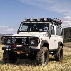 Após  quase 70 anos de sucesso a marca inglesa Land Rover declarou o encerramento de produção da linha Defender. Uma verdadeira lenda em quatro rodas.  O veículo primeiramente designado a fazendeiros e agricultores locais vendeu mais de 2 milhões de unidades em todo o mundo fazendo parte da garagem de nomes como Paul MacCartney e Rainha Elizabeth. Diversas pesquisas apontam o automóvel como o mais preparado para completar uma possível volta ao planeta terra. A montadora já anunciou que um…