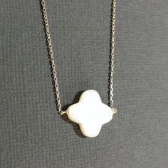 Joli collier ras-de-cou en argent avec un trèfle à 4 feuilles en nacre blanche. Bijou que peut porter une mariée. Bonne idée cadeau.