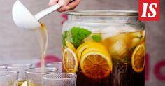 Helppo jäätee sopii juotavaksi sellaisenaan, mutta siitä voi tuunata myös maukkaan kesäboolin.