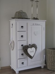 It's all about Hearts ♡ Diy Furniture Easy, Shabby Chic Furniture, Furniture Makeover, Shabby Chic Cottage, Shabby Chic Homes, Cottage Living, Home And Living, Muebles Shabby Chic, Piece A Vivre