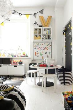 Zdjęcie: czarne i żółte dodatki w dekoracjibiałego pokoju dla dziecka