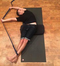 "( ""Bananasana"" Strap offers somethin to pull and bolster increases the angle of side stretch. Yoga Yin, Yin Yoga Poses, Restorative Yoga Poses, Yoga Meditation, Iyengar Yoga, Yoga Suave, Fitness Del Yoga, Yoga Props, Yoga Strap"