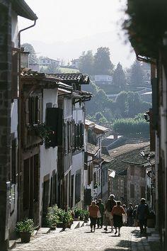 Rue typique de Saint Jean Pied de Port Pays Basque Pyrénées Atlantiques France