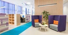 Um bom exemplo de escritório que utiliza o design a seu favor. Ambientes coloridos e descontraídos estimulam os funcionários e torna o trabalho algo prazeroso. Aqui são utilizadas como divisórias entre as baias os painéis acústicos Alumi e a mesa Soneo.