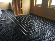 Warm feet in the entire house with a floor heating system. Discover the advantages and drawbacks of this efficient heating system. Step by step tutorial on how to install it yourself. Floor Heater, Sauna Heater, Home Heating Systems, Underfloor Heating Systems, Hydronic Radiant Floor Heating, Mechanical Room, Metal Working Tools, Radiant Heat, Shower Floor