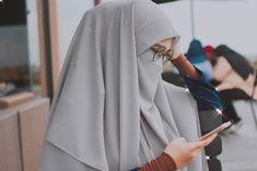 Image may contain: one or more people Niqab Fashion, Muslim Fashion, Hijabi Girl, Girl Hijab, Muslim Wedding Dresses, Dress Wedding, Muslim Girls, Muslim Couples, Hijab Jeans